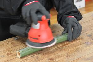 細い竹を磨く2