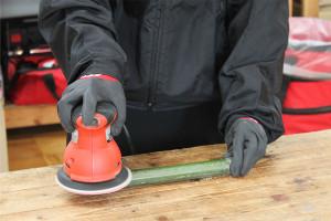細い竹を磨く